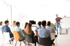作演讲的男性企业教练员 免版税库存图片