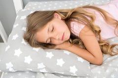 作甜点 女孩儿童长的头发睡着关闭  睡眠的质量取决于许多因素 选择适当的枕头 库存图片