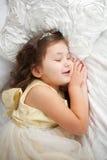 作甜点 愉快微笑的孩子睡觉 免版税库存照片