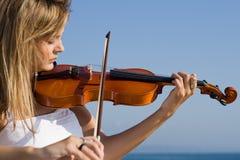 作用小提琴妇女 免版税图库摄影