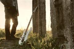 作用抓痕有吉他的照片人 库存图片