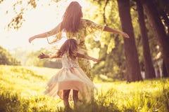 作用时间 有外面年轻母亲的小女孩 免版税库存照片