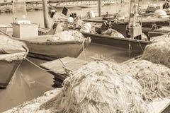 作用葡萄酒 在码头的捕鱼网 库存图片