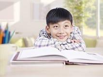 作白日梦亚裔的孩子 免版税库存图片
