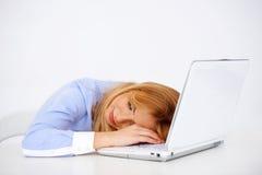 作白日梦美丽的新白肤金发的妇女 免版税库存照片