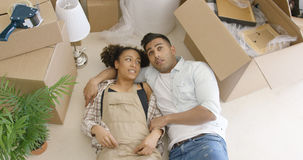 作说谎在地板上的年轻夫妇 免版税库存图片