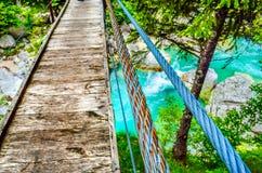 佝偻病桥梁扶手栏杆人行桥河背景木板 库存图片