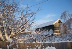 佝偻病木篱芭的老农村房子 免版税库存照片