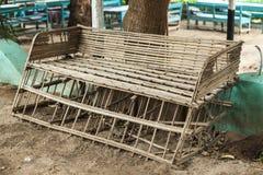 佝偻病老长凳由木头制成在村庄在非洲 免版税库存图片