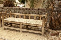佝偻病老长凳由木头制成在村庄在非洲 免版税库存照片