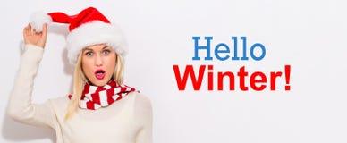 你好与妇女的冬天消息有圣诞老人帽子的 库存照片