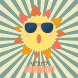 你好与愉快的太阳的夏天在镶有钻石的旭日形首饰的样式 免版税库存图片