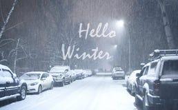你好冬天 下雪在晚上在城市 免版税库存图片