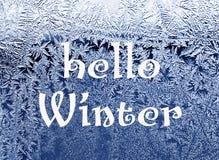 你好冬天 冷淡的自然模式视窗冬天 在玻璃的弗罗斯特样式 免版税图库摄影