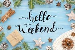 你好周末在蓝色木背景圣诞树、cinnamone、anice星、杉木锥体和杉树的手字法 库存图片