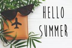 你好在护照的夏天文本与平面和减速火箭的黑sunglas 免版税库存图片