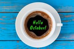 你好在早晨咖啡杯的10月在蓝色木家庭桌上 早晨背景 图库摄影