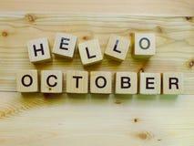 你好在木背景的10月木块字母表信件 库存图片
