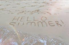 你好在海滩写的夏天 库存照片