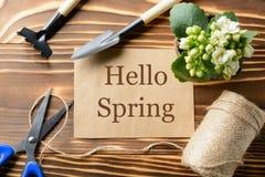 你好春天纸和园艺工具 库存照片