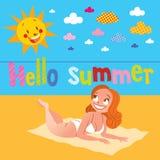 你好晒日光浴在海滩的夏天俏丽的女孩 免版税库存照片