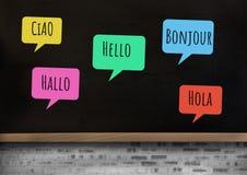 你好用不同的语言聊天学会与黑板的泡影 库存照片