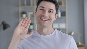 你好,欢迎的年轻人挥动的手 影视素材