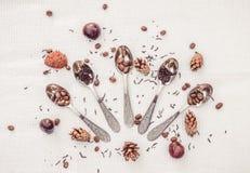 你好, 12月!冬天心情 咖啡豆、茶酿造和一套发光的茶匙 库存图片
