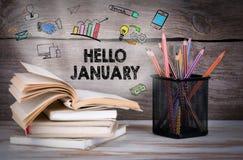 你好1月,企业概念 堆书和铅笔在木桌上 免版税库存图片
