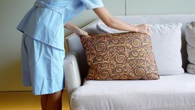 佣人在沙发上把枕头放 股票视频