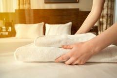 佣人改变的毛巾在旅馆客房 免版税库存图片