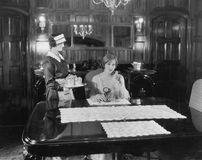 佣人服务妇女在桌上(所有人被描述不更长生存,并且庄园不存在 供应商保单那里将 免版税库存图片