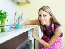 佣人清洁家具在厨房里 图库摄影