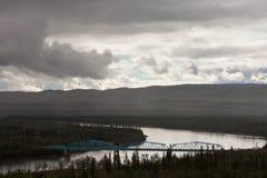 佩利横穿河桥梁育空地区加拿大 库存照片