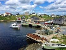 佩吉的小海湾、新斯科舍、港口、小船和房子在夏天 库存照片