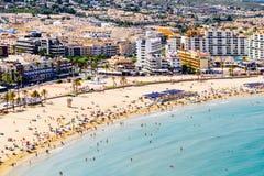 佩尼伊斯科拉市在地中海的海滩胜地全景地平线视图在西班牙 免版税库存图片