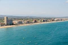 佩尼伊斯科拉市在地中海的海滩胜地空中全景地平线视图在西班牙 免版税库存照片