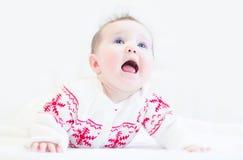 佩带一个冬天的小女婴编织了毛线衣 库存图片