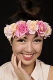 佩带一个花卉冠的青少年的女孩秀丽关闭 库存照片