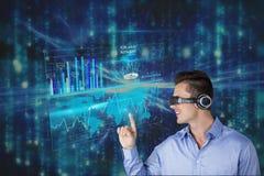 佩带一个虚拟现实耳机的商人接触一张图表反对矩阵代码雨backgro 库存照片
