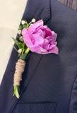 佩带一个紫色郁金香扣眼的新郎 免版税库存图片