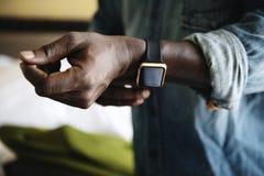 佩带一块巧妙的手表的人 库存图片