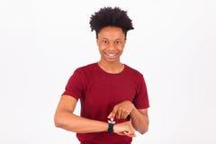 佩带一块巧妙的手表的非裔美国人的人,隔绝在白色 免版税库存图片