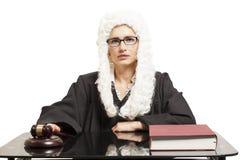 佩带一件假发和后面披风与镜片的女性法官与 免版税库存照片