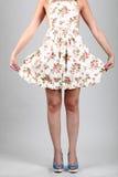 佩带与脚跟的妇女五颜六色的围裙 库存图片