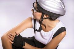 佩带专业齿轮的年轻和美丽的女性骑自行车者。我 免版税库存图片