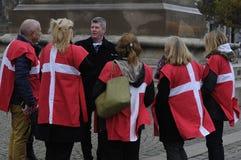 佩带丹麦旗子的小组 库存照片
