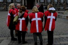 佩带丹麦旗子的小组 免版税库存照片