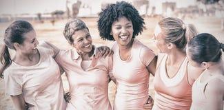 佩带乳腺癌的笑的妇女桃红色 库存照片