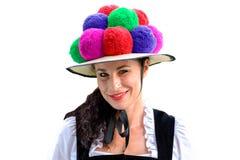 佩带五颜六色的Bollenhut的可爱的妇女 库存图片